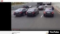 """Астанадағы """"жол қозғалысы ережесін бұзды"""" деп сипатталған той көліктері кортежі жайлы видео скриншоты."""