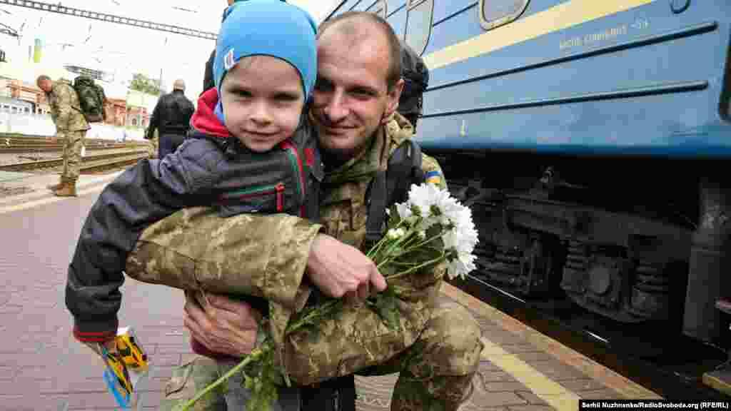 29-річний Денис з сином. ІТ-спеціаліст із Києва воював у128-й окремій гірсько-піхотній бригаді