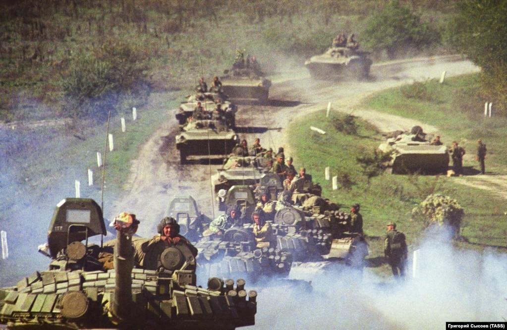 1999 жылы 1 қазанда Ресей әскерін Шешенстанға кіргізді. Бұл сурет 2 қазанда түсірілген.