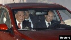 Премьер-министр РФ Владимир Путин (за рулем) принял активное участие в церемонии открытия завода Hyundai под Санкт-Петербургом