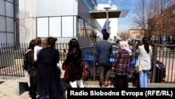 Rudele profesorilor arestați, așteptându-l pe primul ministru Ramush Haradinaj