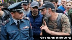 Armenia -- Armenian opposition leader Nikol Pashinyan talks to police Colonel Valeri Osipian during a rally in Yerevan, April 29, 2018.