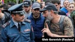 Armenia -- Opposition leader Nikol Pashinyan talks to Valeri Osipian during a rally in Yerevan, April 29, 2018.