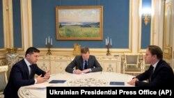 Зустріч президента України Володимира Зеленського (л) та єврокомісара Олівера Варгеї, Київ, 12 лютого 2020 року