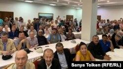 Участники «Народного собрания» слушают выступающих.