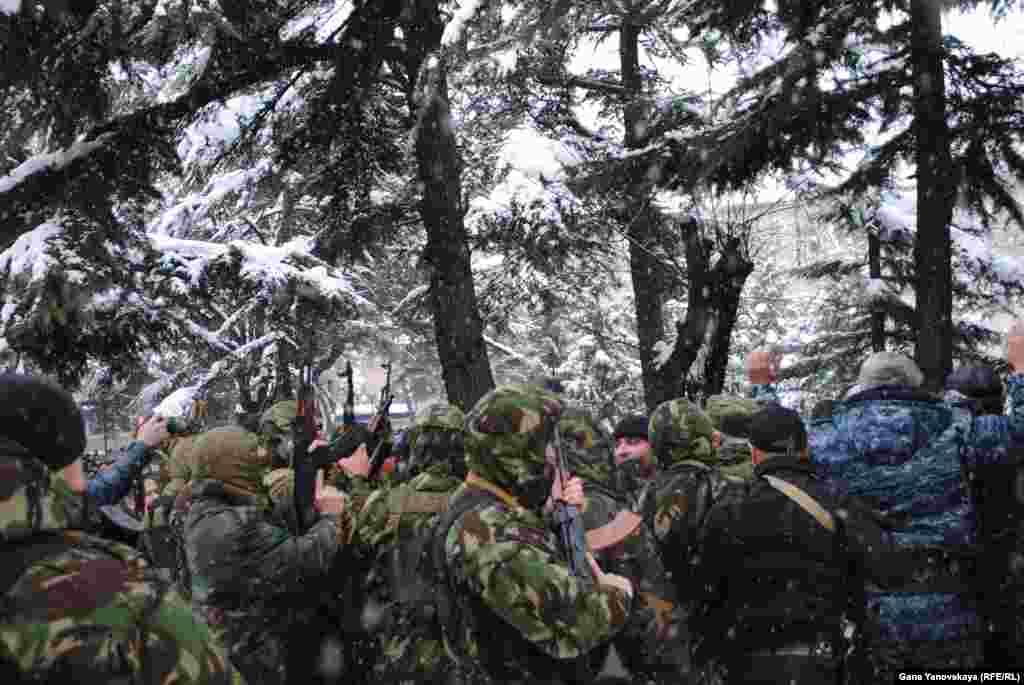 Когда стало ясно, что преградить путь напирающей толпе не получится, десятки бойцов одновременно открыли стрельбу в воздух