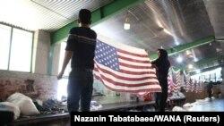 Виробництво прапорів США в Ірані, які мають спалювати іранські протестувальники, 28 січня 2020 року