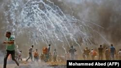فرار معترضان فلسطینی در نوار غزه در پی شلیک گاز اشکآور از سوی نیروهای اسرائیلی.