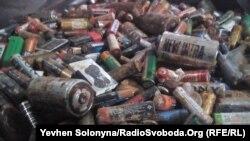 Вживані батарейки, зібрані волонтерами на складі у Києві