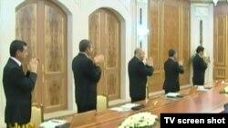 Hökümet maslahatynda çinownikler prezidentiň sözlerini el çarpyp garşy alýarlar. 2-nji noýabr, 2012.