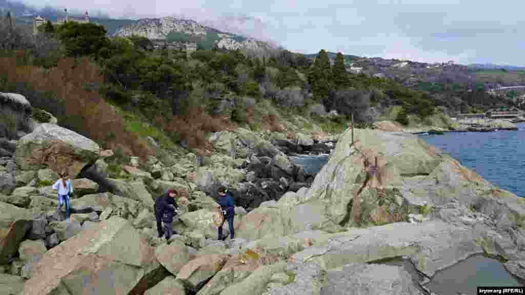 Прямо из парка по камням можно подняться на скалу Айвазовского – огромную каменную глыбу в море