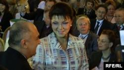 Председатель оргкомитета Евразийского медиафорума Дарига Назарбаева (в центре) в окружении участников форума. 23 апреля 2009 года.