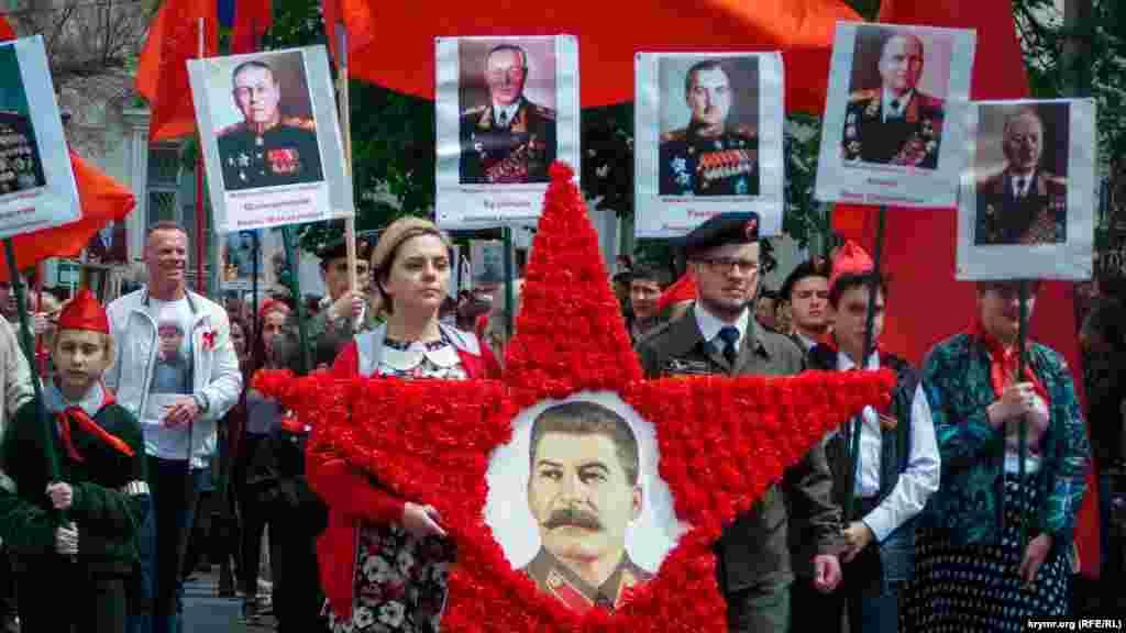 «Ölümsiz polk» ayrı kolonna olıp keçti. Kommunist ve komsomollar büyük qırmızı yıldız ve Stalinniñ süretlerini alıp taşıdı