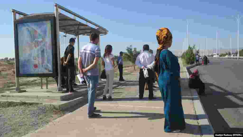 Автобус является единственным видом общественного транспорта в столице Туркменистана, автобусная остановка на улице Баба Аннанова, Ашхабад