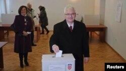 Խորվաթիայի գործող նախագահ և նախագահի թեկնածու Իվո Յոսիպովիչը քվեարկության ժամանակ, Զագրեբ, 28-ը դեկտեմբեր, 2014թ․