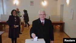 Иво Йосипович, президент Хорватии и кандидат в президенты, на избирательном участке во время первого тура голосования. Загреб, 28 декабря 2014 года.