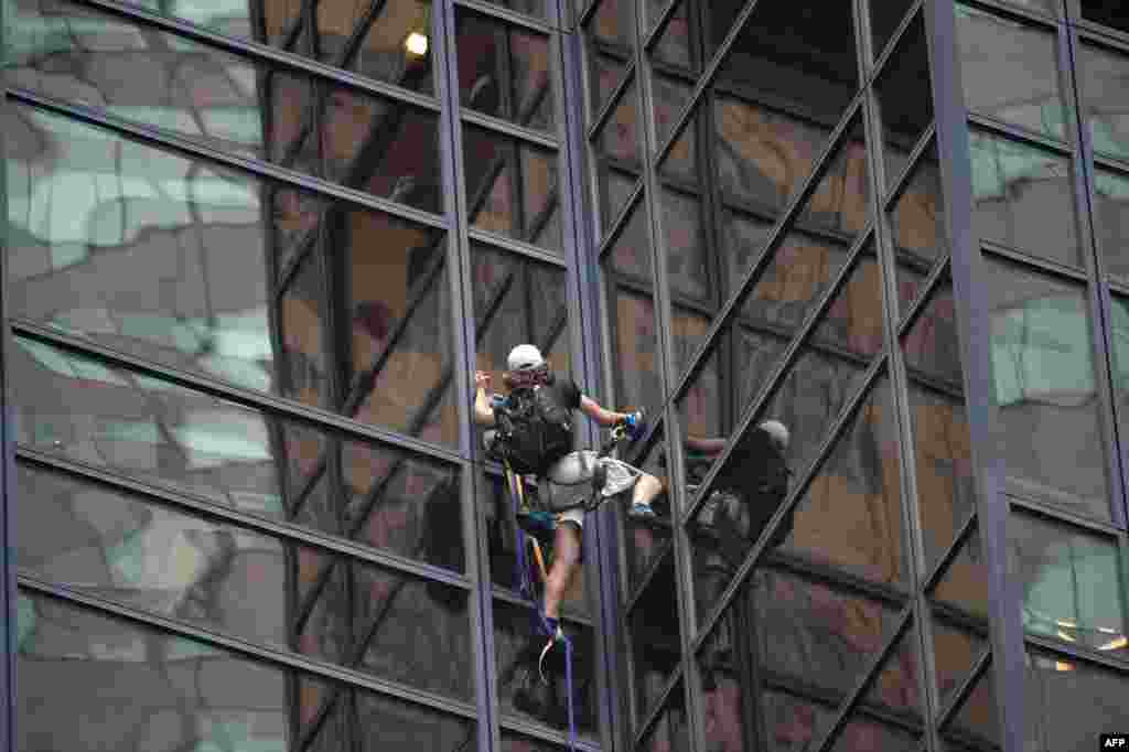 An unidentified man scales Trump Tower using suction cups in New York on August 10. (AFP/Bryan R. Smith)