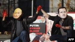 Performans glumaca sa maskama Vladimira Putina i Bašara el Asada u znak protivljenja zbog nasilja u Siriji, Njujork, ispred zgrade UN-a 24. januar 2012