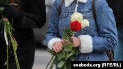 Женщины с цветами в руках на Женском марше в Беларуси, 17 октября