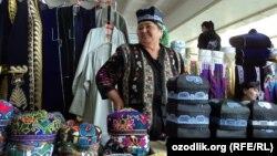 Бозорда дўппи сотаётьган ўзбек аёли.
