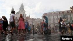 Пражане в центре чешской столицы