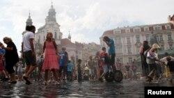 Туристы в историческом центре Праги. Август 2013 года.