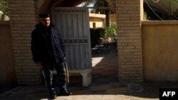 Сотрудник полиции Ирака у входа в мечеть. Иллюстративное фото