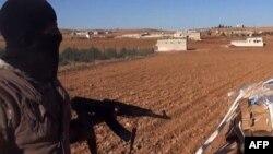 Cihadçı yaraqlı Suriyanın Ayn Arabia (Kobani) şəhəri yaxınlığında