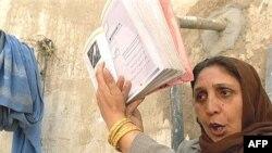 آرشیف، یک آموزگار زن در حال تدریس در یکی از مکاتب افغانستان