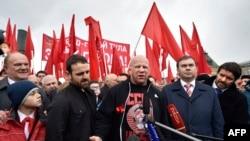 Боец смешанных единоборств Джефф Монсон (в центре) на Красной площади. Москва, 22 апреля 2016 года.