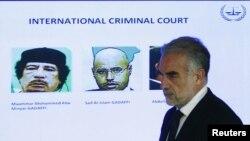 المدعي العام للمحكمة الجنائية الدولية لويس مورينو - أوكامبو في مؤتمر صحفي بلاهاي