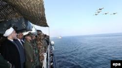 حسن روحانی در یکی از مانورهای دریایی ارتش جمهوری اسلامی در منطقه تنگه هرمز