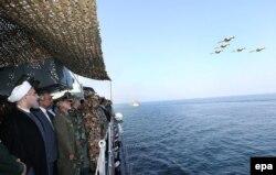 Президент Хасан Роухани наблюдает за учениями ВМС Ирана в Оманском заливе. 2017 год