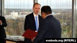 Прабуда Сен і Міхал Хабрас - абмен рукапацісканьнем
