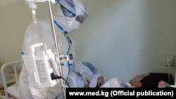 Лечение больного коронавирусом в Бишкеке.