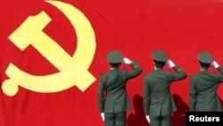 Қытай компартиясы туы алдында тұрған полицейлер. 5 қараша 2012 жыл. (Көрнекі сурет)
