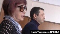 Adam bol журналының бас редакторы Гүлжан Ерғалиева (сол жақта) сотта отыр. Алматы, 23 қазан 2014 жыл.