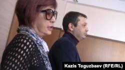 Гульжан Ергалиева, главный редактор журнала ADAM bol, и Аян Шарипбаев, представитель компании ADAMDAR, на заседании апелляционной коллегии Алматинского городского суда. Алматы, 23 октября 2014 года.