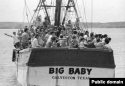 """Кадр 1980-го года - один из самых знаменитых массовых """"исходов"""" с """"Острова свободы""""."""