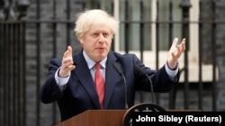 Премьер-министр Великобритании Борис Джонсон выступает у резиденции на Даунинг-стрит после того, как перенес коронавирусную инфекцию в тяжелой форме. Лондон, 27 апреля 2020 года.