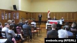 Член Рады БНР Аляксандар Лукашук зачытвае віншаваньне Старшыні Рады БНР Івонкі Сурвілы