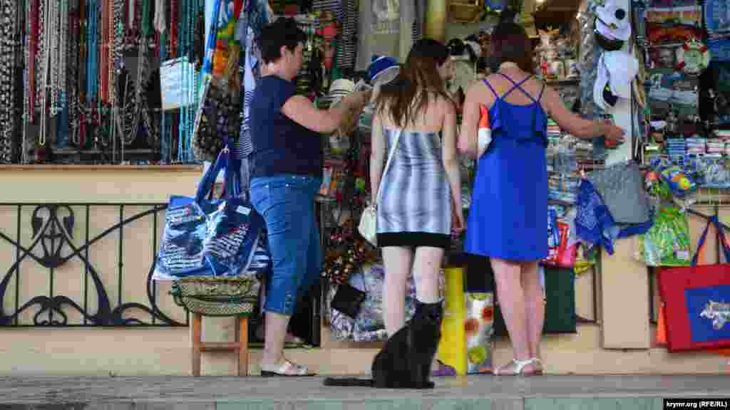 Продавцы сувениров рады любому покупателю