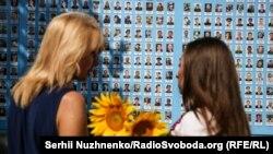 У Києві оновлена Стіна пам'яті Героїв на Михайлівській площі, 20 серпня 2020 року