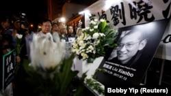Кина - про-демократски активисти тагуваат по смртта на дисидентот Лиу Ксиаобо.