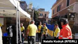 Волонтери готуються допомагати виборцям в черзі до консульства України в Римі під час першого туру президентських виборів 31 березня 2019 року
