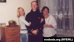 Ігар Аліневіч з маці і сястрой. Фота зь сямейнага архіву