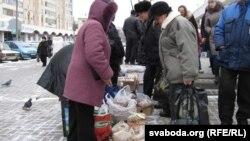 А ўкраінцы гамельчукам прадаюць арэхі.