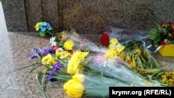 Aqyardaki Taras Şevçenkonıñ abidesinde çeçekler, 2019 senesi martnıñ 9-ı