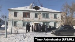 Инициативная группа жителей микрорайона Алюминстрой перед одним из ветхих домов. Павлодар. 11 февраля 2017 года.