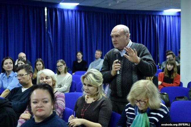 Гісторык Ігар Кузьняцоў задае пытаньне Нікаля Вэрту